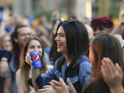 Pepsi'nin Yayından Geri Çektiği Kendall Jenner'lı Reklamı